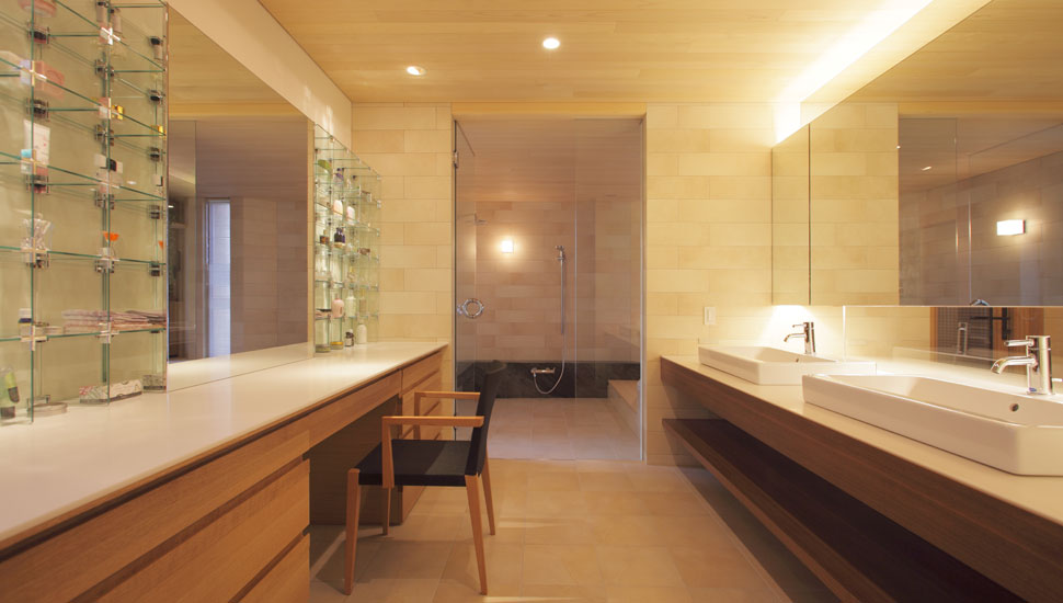 パウダールームではホテルの様な極上のプライベート空間を実現。奥は造作のバスルーム