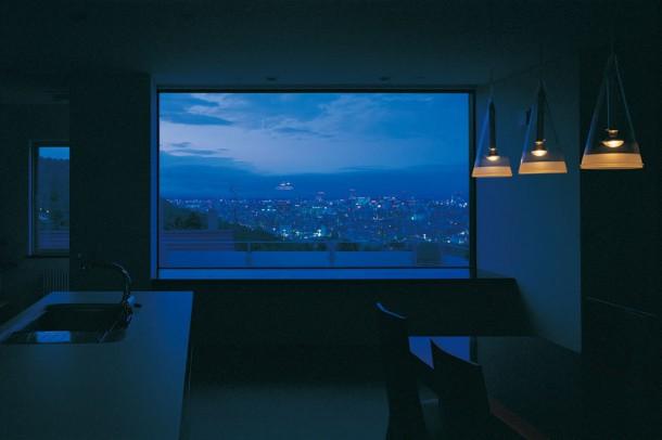 ダイニングから夜景を望む