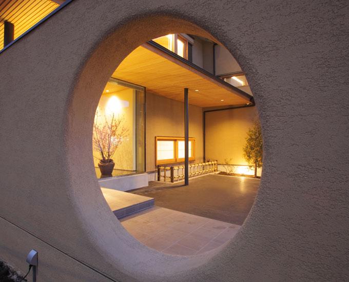 アプローチの壁の円窓