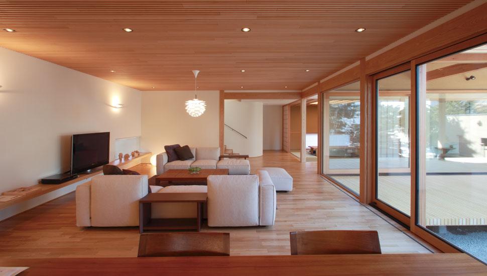 キッチンからリビングを見る。大きな開口部ごしに和室と玄関も見渡せます。