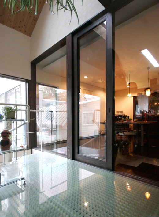 2階コンサバトリーからキッチンを見る