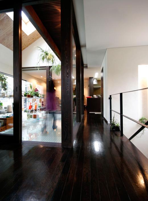 2階廊下からコンサバトリーを見る