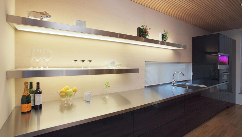 大容量の収納を備えながら、使いやすさとデザインを両立させたオリジナル造作キッチン