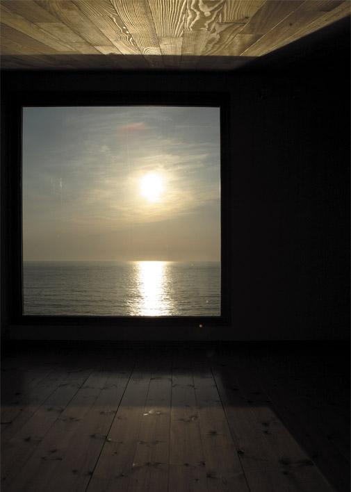 和室から夕日を眺める。