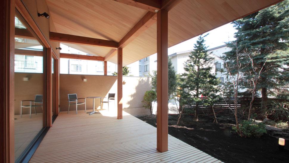 瓦屋根をもつ、広々としたテラス。雨の日でも気にせずに楽しめるプライベート空間。