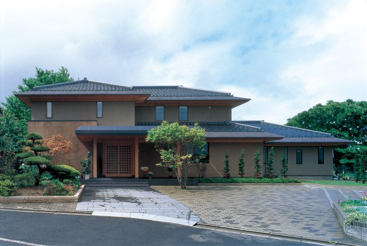 瓦屋根の伝統的日本家屋   建築...