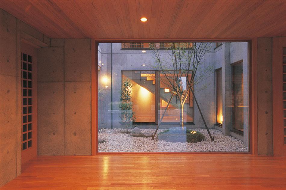玄関から中庭をはさんで階段室を望む