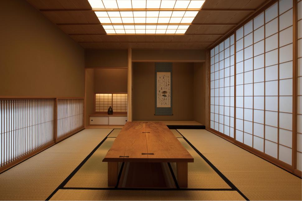 和でありながら洋のテイストを取り入れた和室。天井まで届く障子がダイナミック