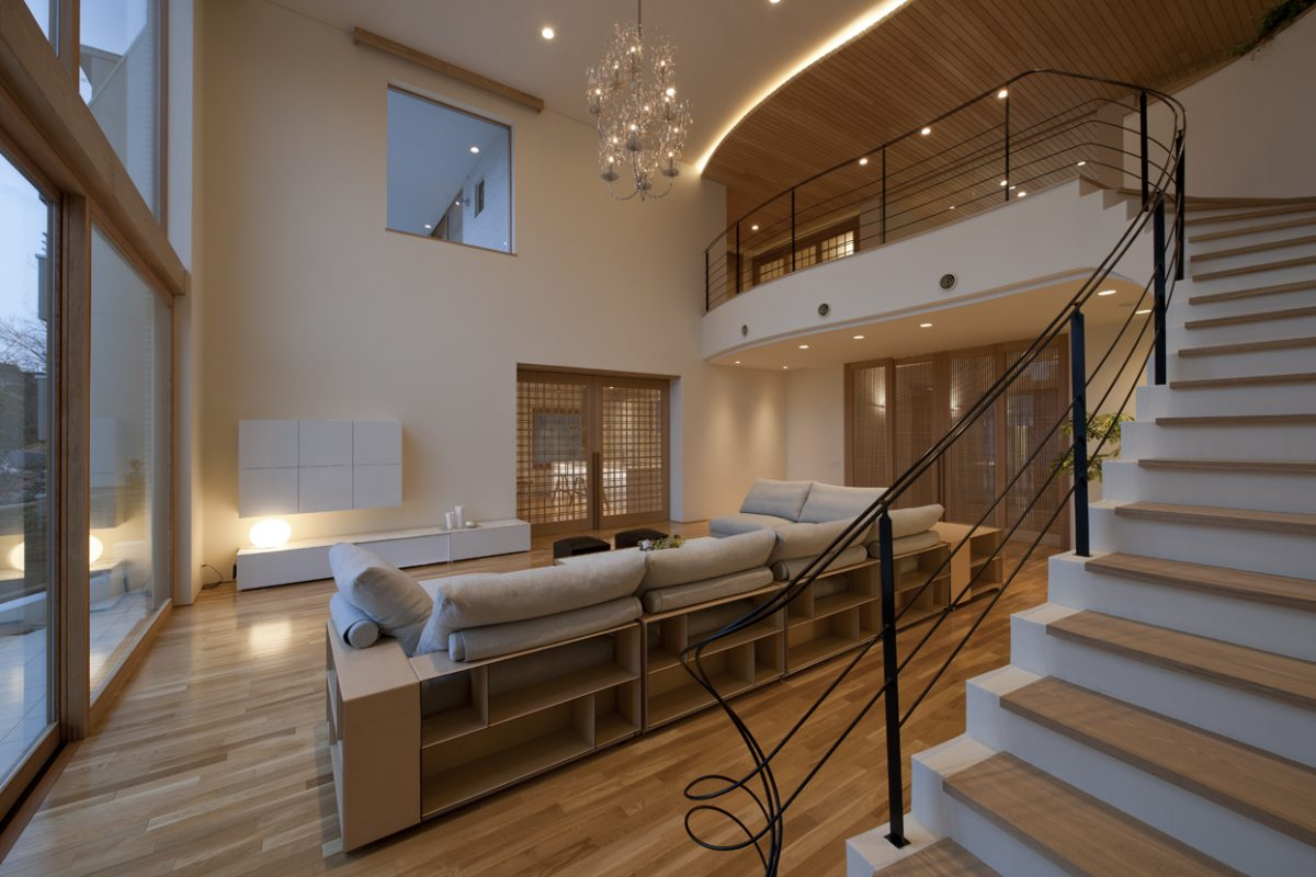 階段ホールからリビングを見る