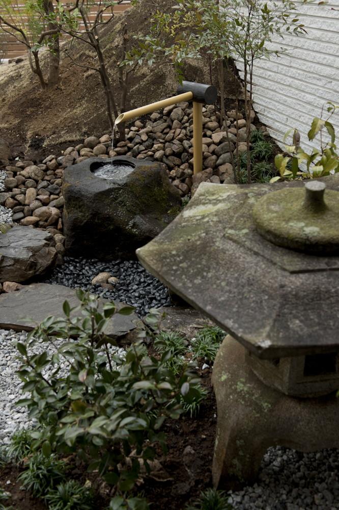 中庭の灯籠と水琴窟