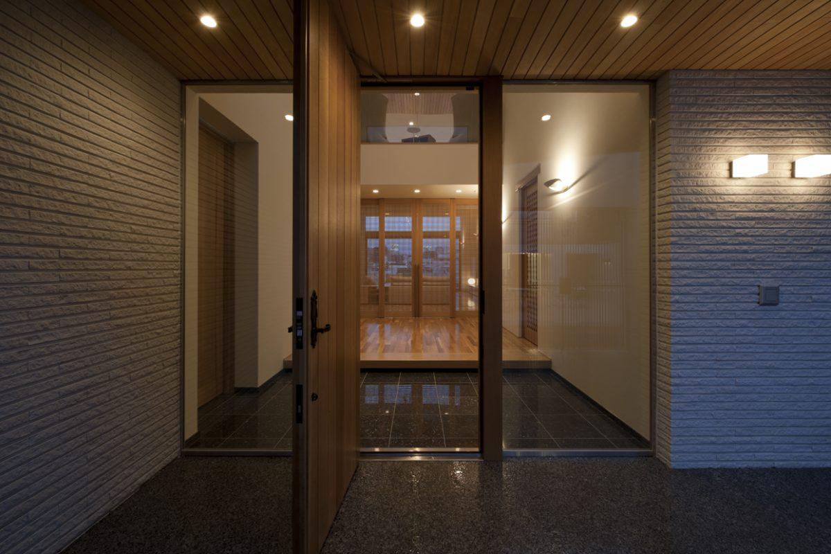 玄関からホールを見る