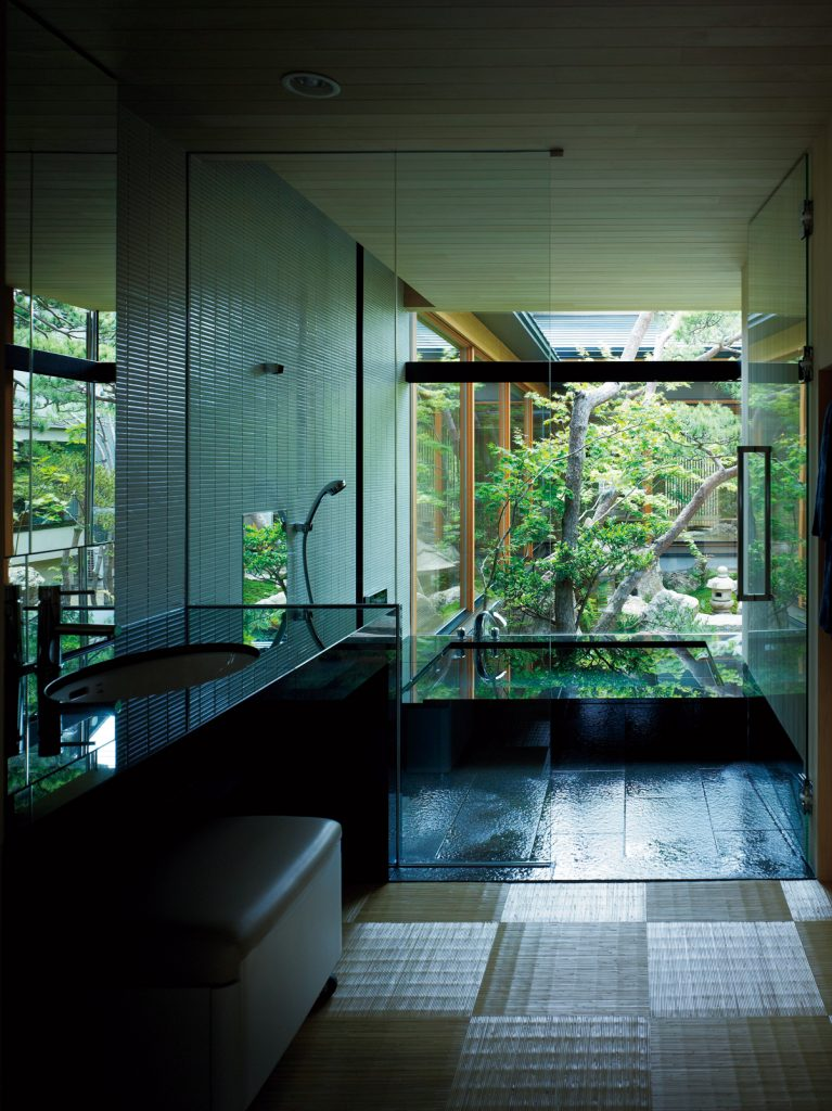 庭に張り出したバスルーム