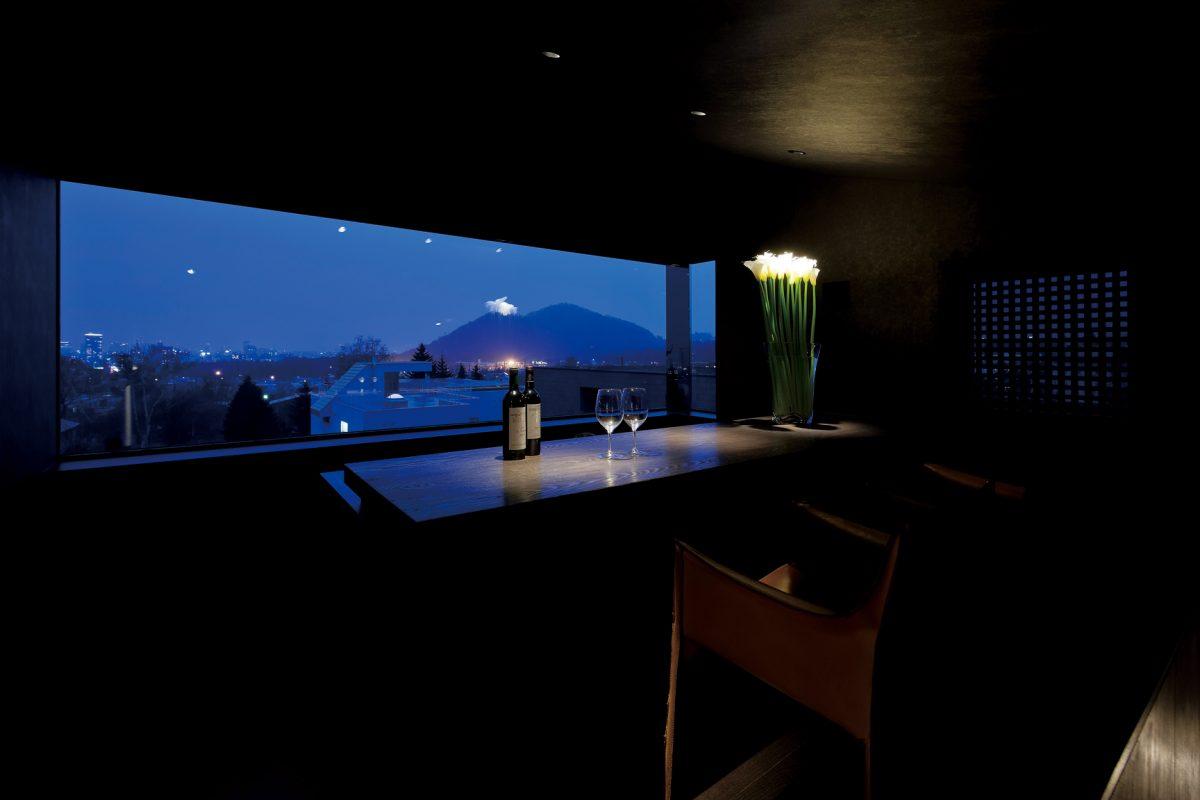 最上階バーコーナーから夜景を望む