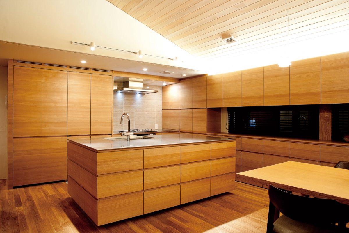 木目の統一感が図られたキッチン