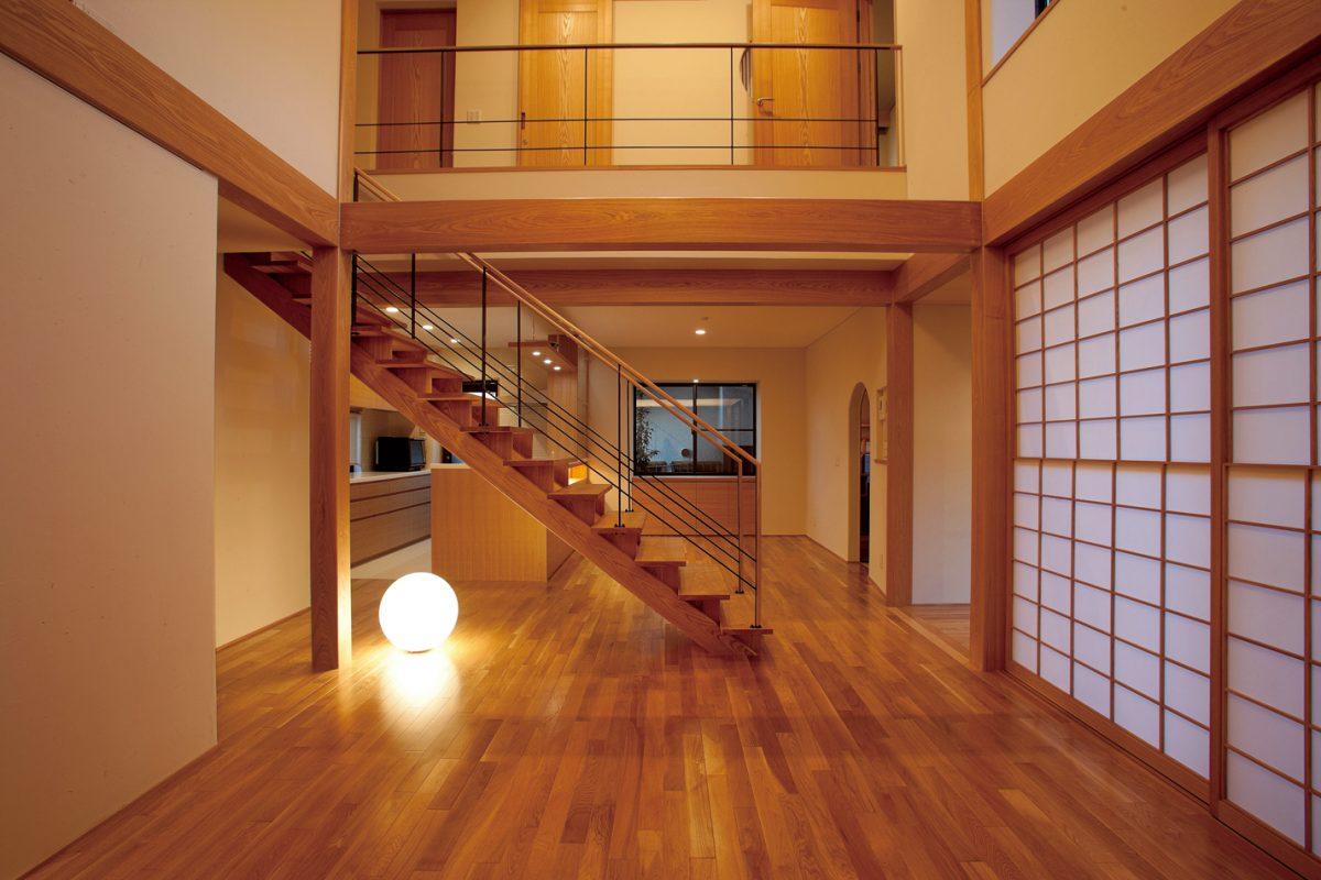 階段越しに見るキッチン・ダイニング
