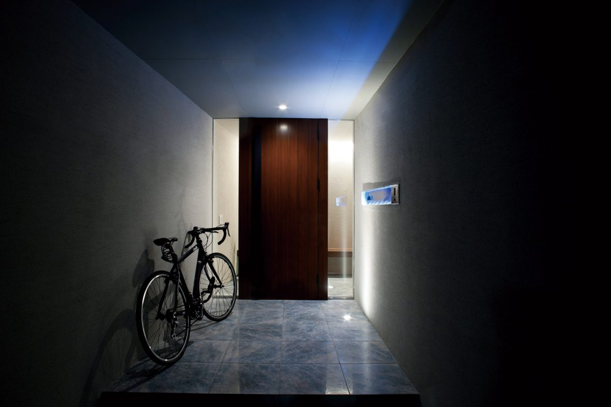 陰影が印象的なエントランスホール