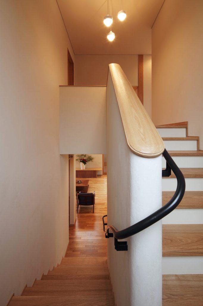 階段からリビングを見る