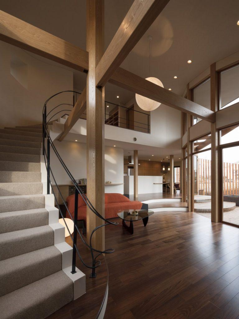 リビングを階段と外壁が織りなす曲線がやさしく包み込む