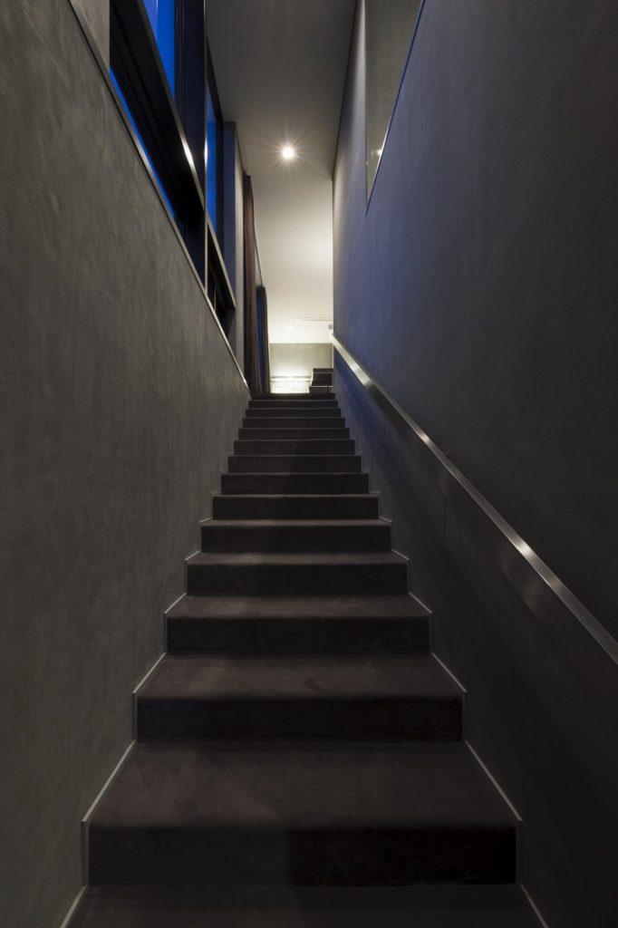 2Fへと続くゆるやかな階段