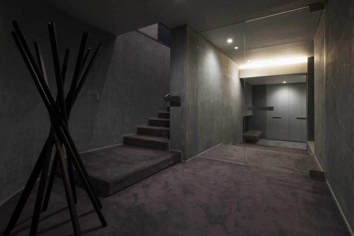 絨毯が敷かれた玄関ホール