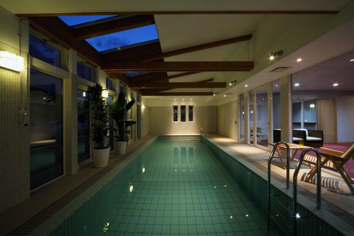 幻想的な夜のプール