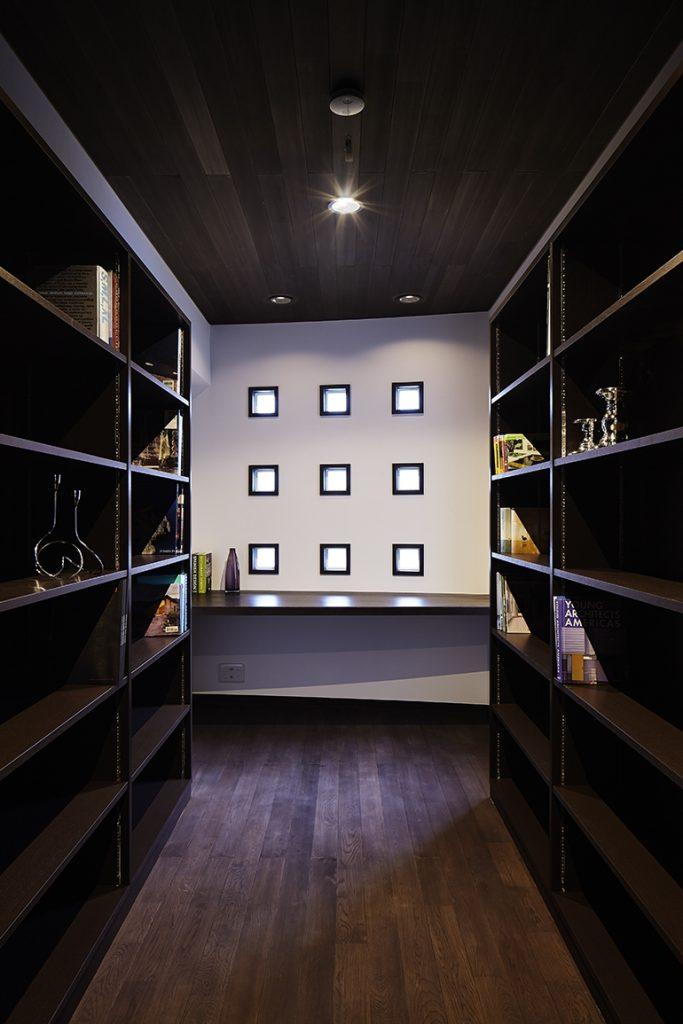 ガラスブロックが印象的な書斎