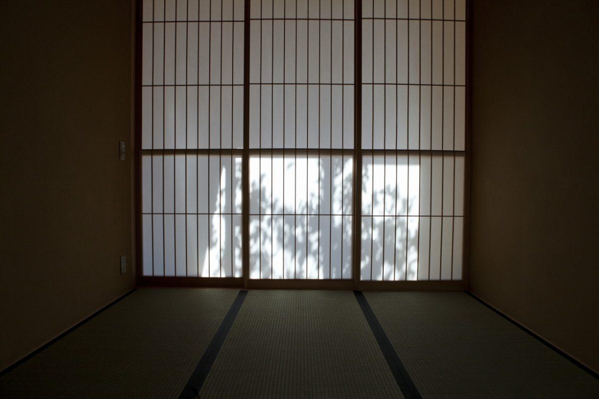 光のコントラストを楽しむ和室