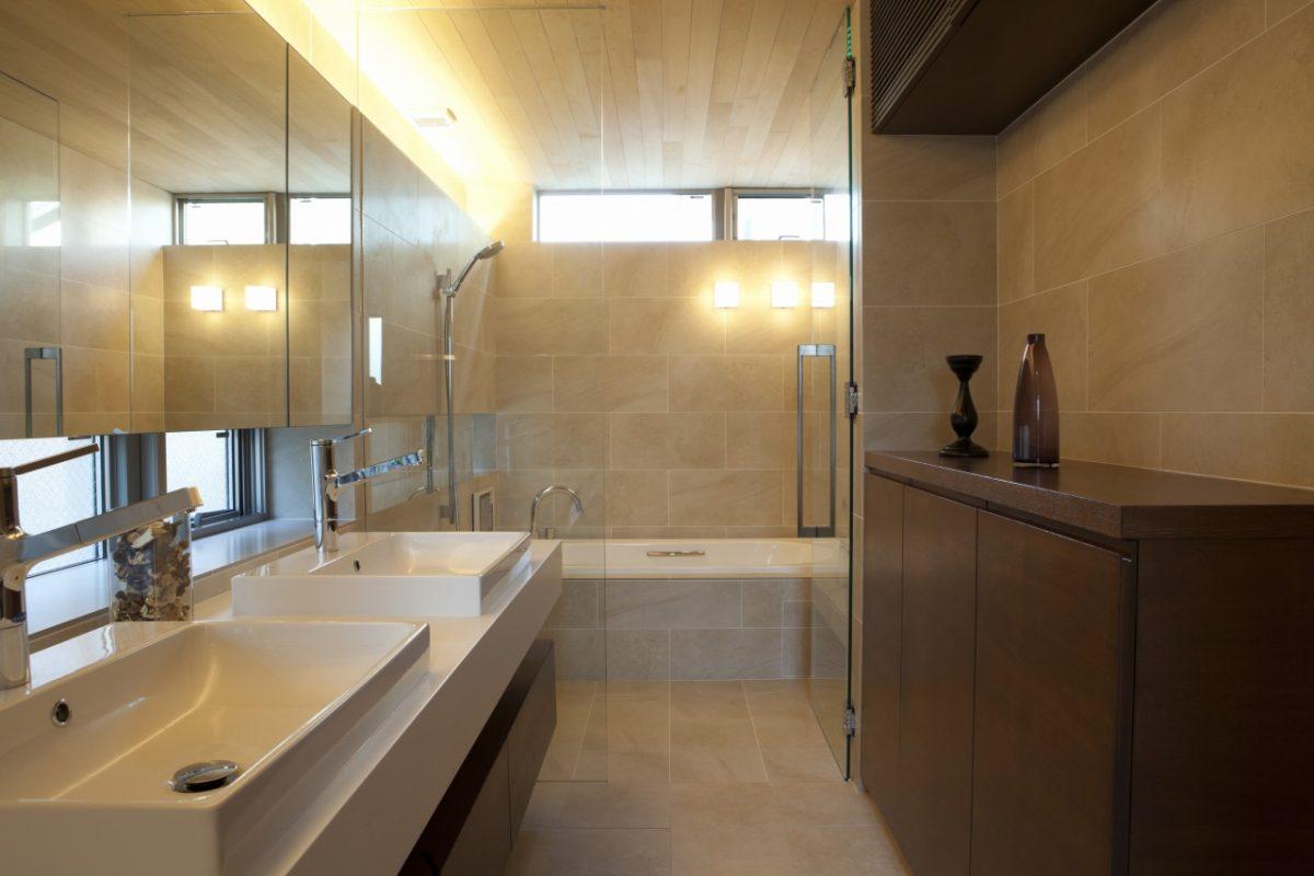開放的かつ明るいバスルーム