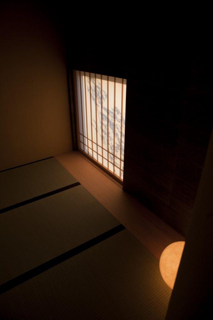 夕暮れ時の風情ある和室