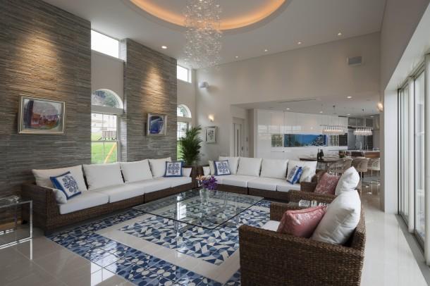 デザインタイルと白い壁のコントラストが美しい