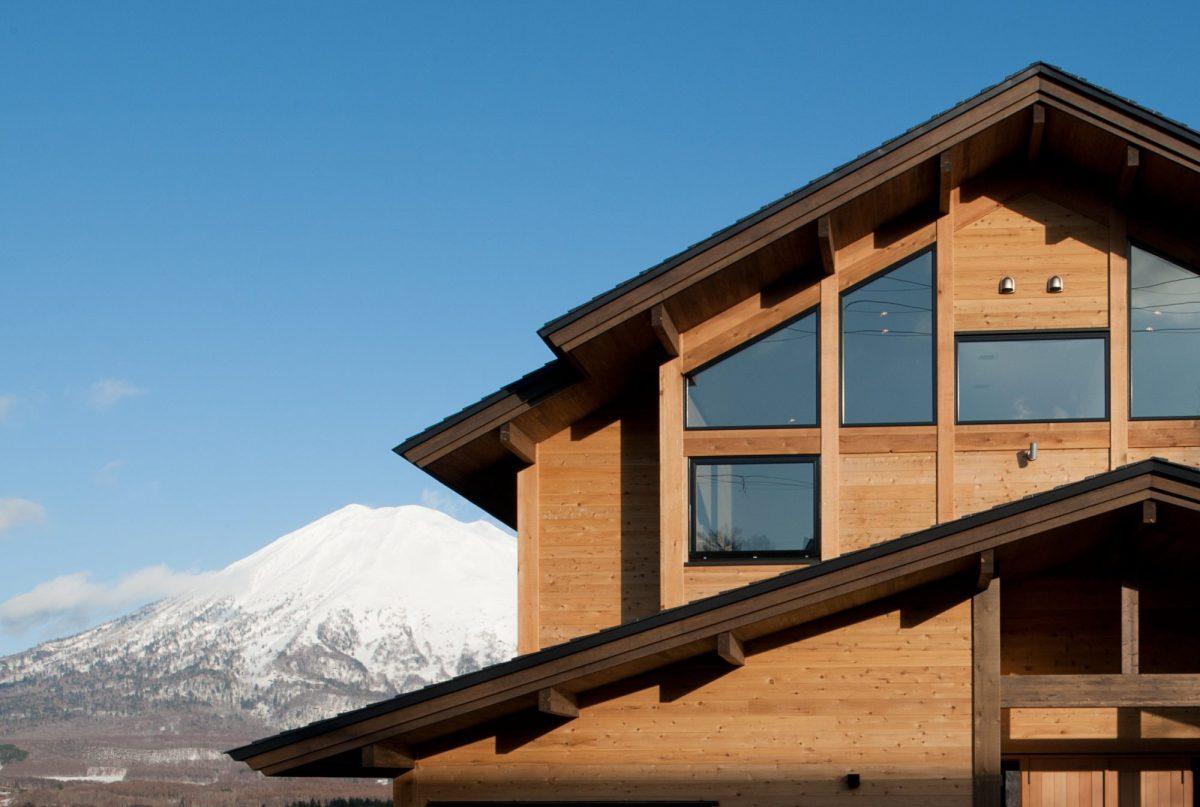 木造の直線的な特性を生かした外観