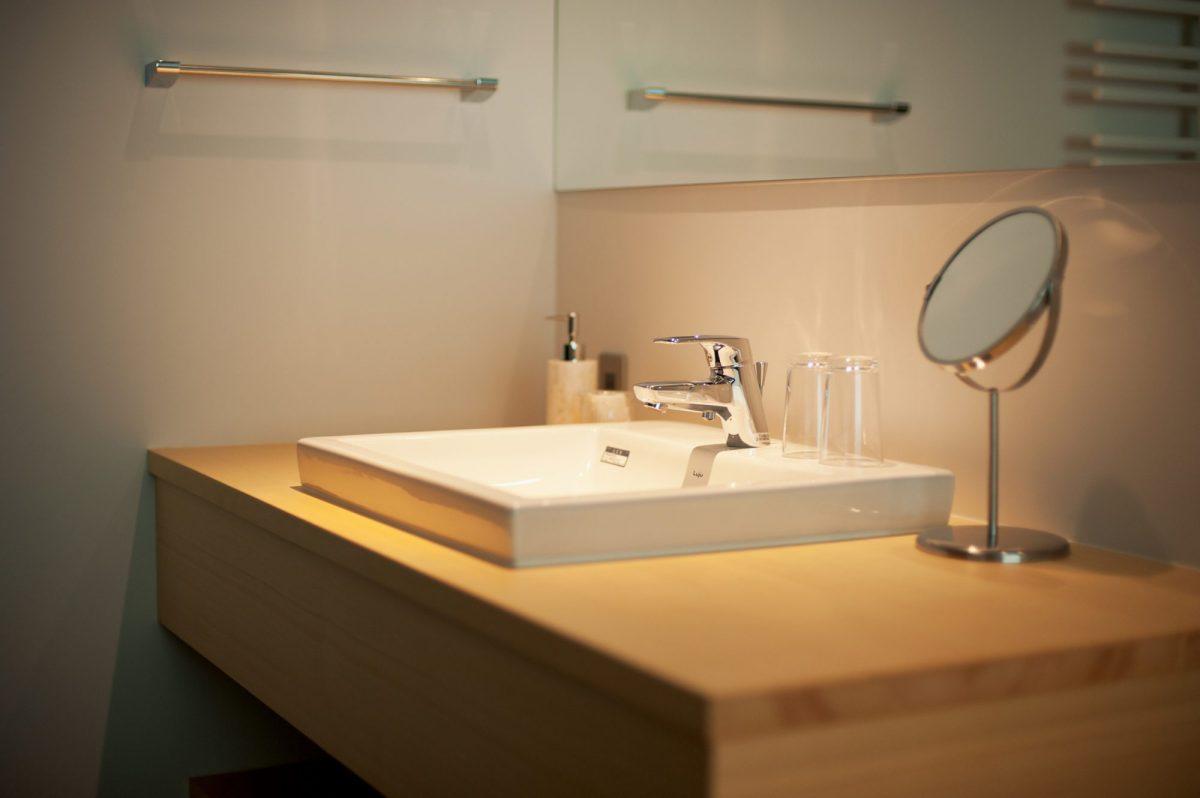 ヒバのムク材でつくった洗面化粧台