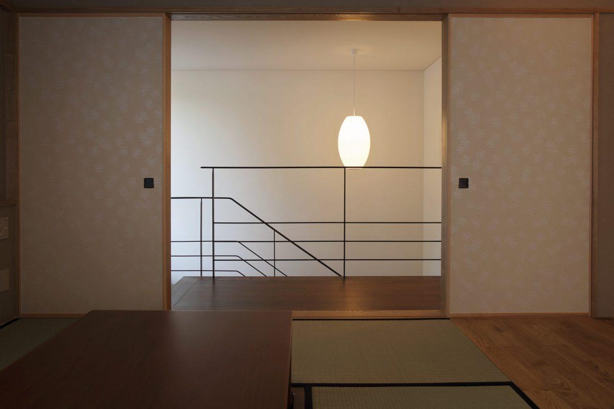 和室から階段ホールを望む