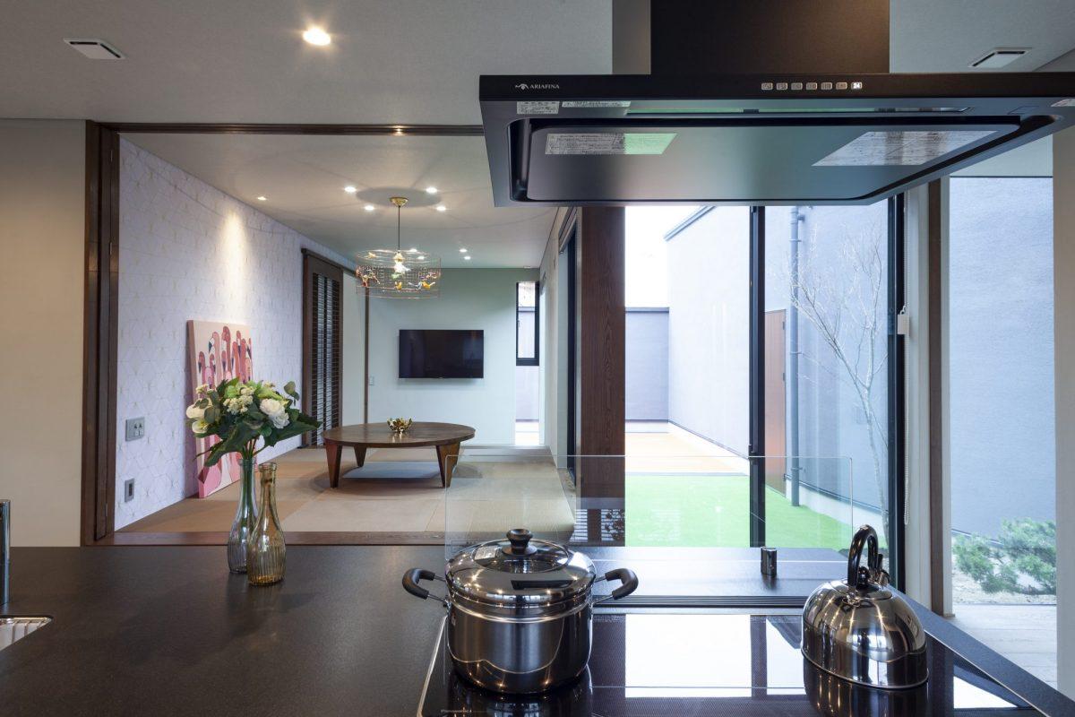 キッチンから小上がりスペースを望む