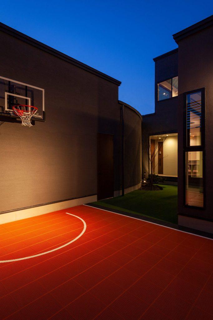 中庭にあるバスケットゴール